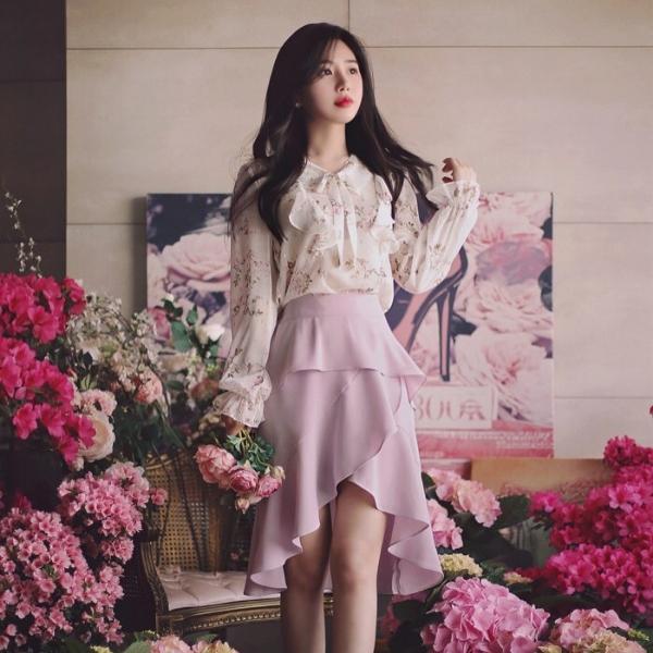 Với chân váy mullet, bạn có thể mix cùng với áo blouse họa tiết hoa nhí xinh xắn, đảm bảo bạn sẽ có ngay một set đồ xinh xắn duyên dáng hết nấc.