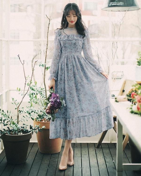 Còn cách gì có thể giúp bạn gái hóa thân thành một quý cô mùa Xuân dễ dàng hơn khi lựa chọn một chiếc đầm họa tiết hoa màu pastel dáng dài vô cùng điệu đà. Phụ kiện phùhợp nhất đểsánhđôi cùng chiếc váy chính là một đôi giày caogót màu be tôn dáng.