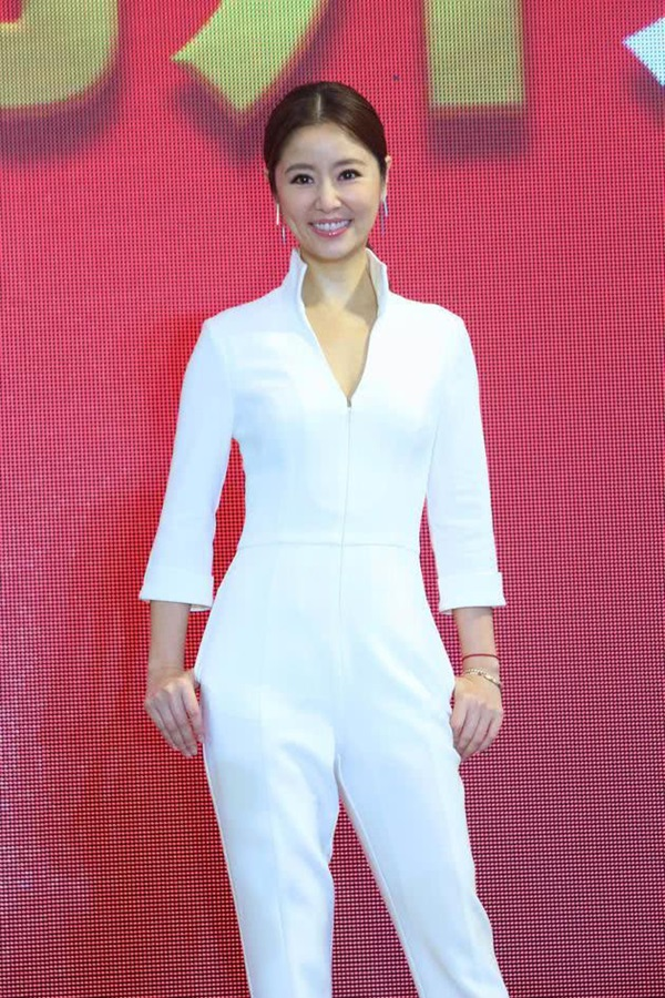 Lâm Tâm Như khéo léo bác bỏ tin đồn mang thai lần hai bằng cách lựa chọn trang phục khéo léo khoe vòng hai phẳng lì của mình