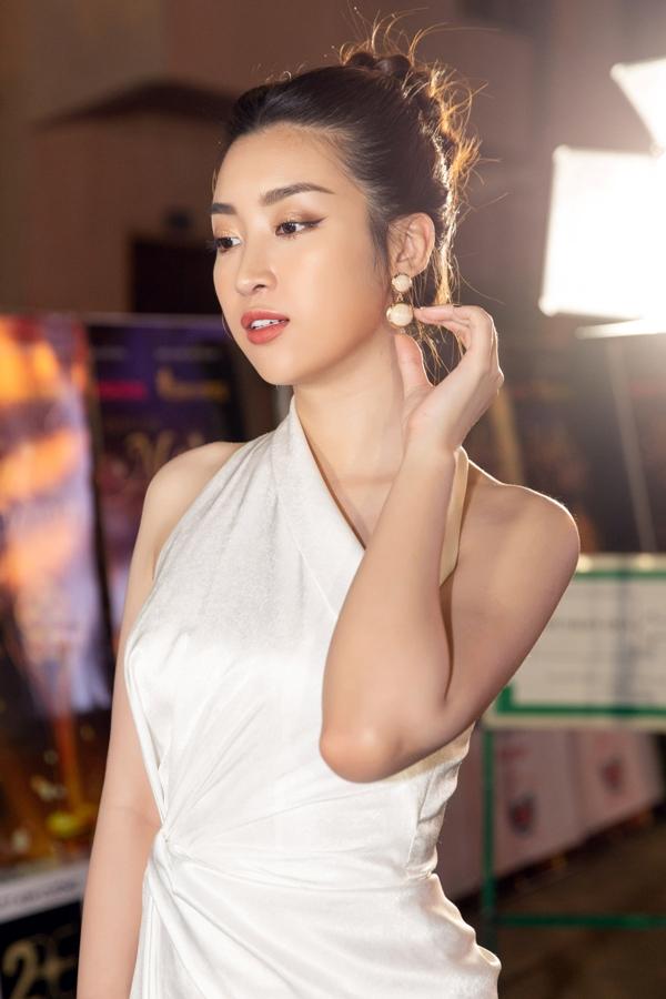 Hoa hậu Mỹ Linh duyên dáng làm MC trong chương trình chào Xuân cho công nhân 6