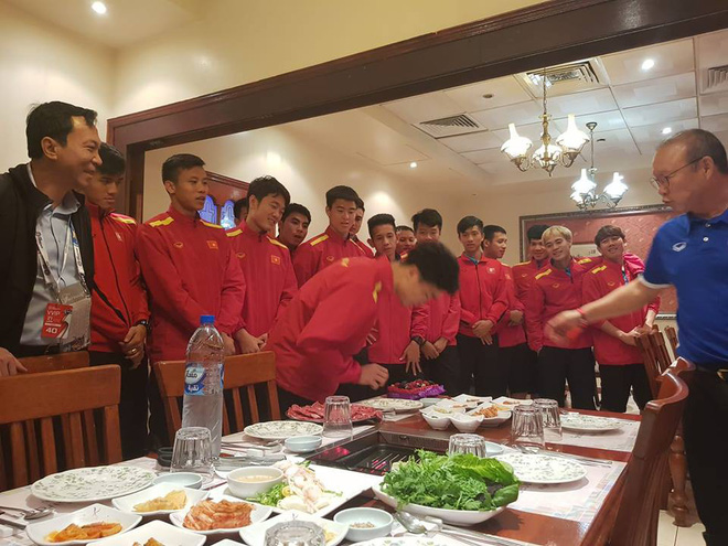Tối 21/1, HLV Park Hang-seo và toàn đội đi ăn tại một nhà hàng Hàn Quốc. Các đồng đội đã tổ chức sinh nhật ấm áp cho Công Phượng ngay tại nhà hàng này. Ảnh: Tuấn Nguyên Giáp.