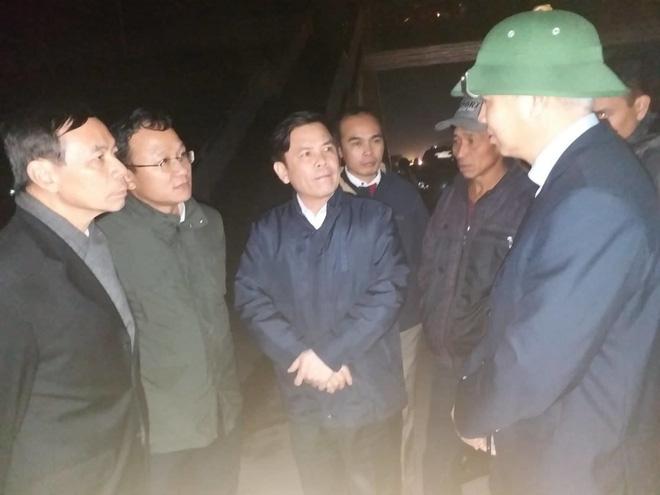 Bộ trưởng GTVT Nguyễn Văn Thể và ông Khuất Việt Hùng kiểm tra hiện trường vụ tai nạn.