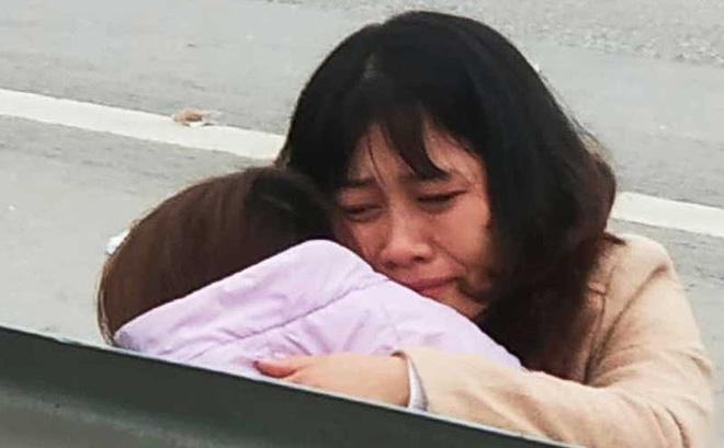 Người thân các nạn nhân khóc tại hiện trường. Ảnh: H.Hoàng/Pháp luật TP.HCM