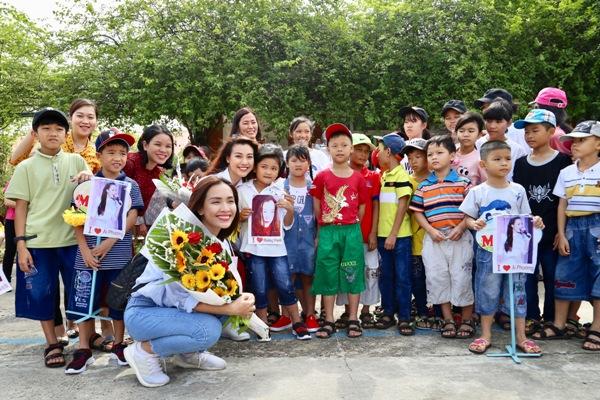 Cả hai rất bất ngờkhi tất cả mọi người ở Làng đứng chờ ở cổng từ sớm, mang hoa và chong chóng đến cùngnhững nụ cười rạng rỡ.