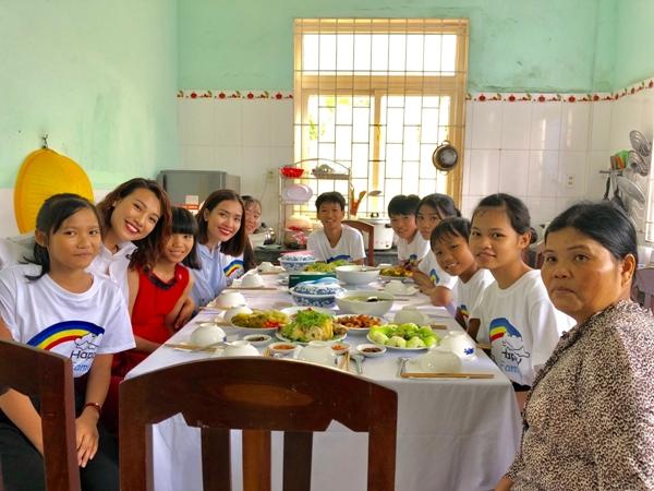 Ái Phương và Hoàng Oanh cùng ăn trưa tại nhà số 12, sau đó đi thăm tất cả 14 nhà trong làng trẻ vàtrò chuyện với các mẹ các bé.
