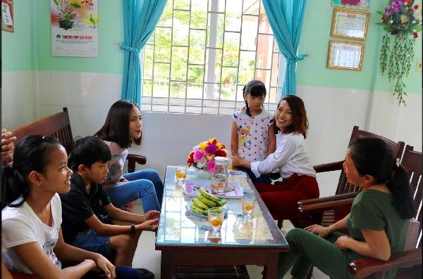 Hoàng Oanh, Ái Phương xúc động khi mang niềm vuiđến cho trẻ em mồ côi nhân dịp Xuân về 3