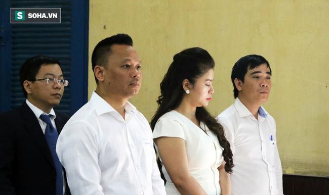 Ông Đặng Lê Nguyên Vũ và vợ không một lần ngoảnh mặt nhìn nhau tại phiên tòa xử ly hôn 2