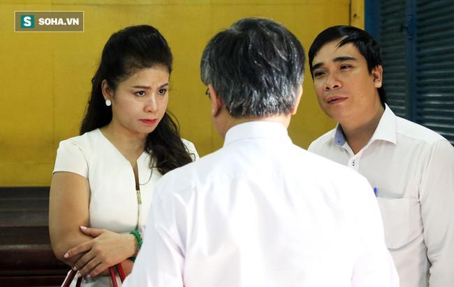 Ông Đặng Lê Nguyên Vũ và vợ không một lần ngoảnh mặt nhìn nhau tại phiên tòa xử ly hôn 4