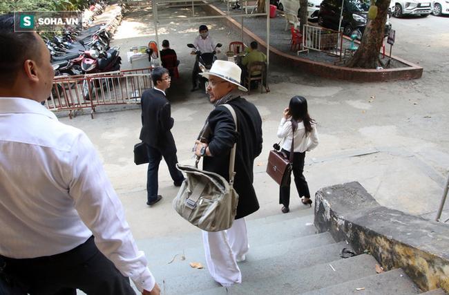 Ông Đặng Lê Nguyên Vũ và vợ không một lần ngoảnh mặt nhìn nhau tại phiên tòa xử ly hôn 9
