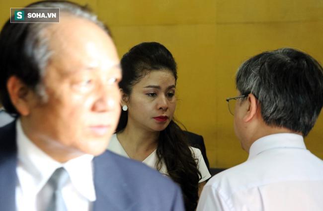 Ông Đặng Lê Nguyên Vũ và vợ không một lần ngoảnh mặt nhìn nhau tại phiên tòa xử ly hôn 11