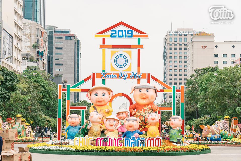 Mô hình chào năm mới được dựng hoành tráng ở đầu đường Nguyễn Huệ, báo hiệu năm Kỷ Hợi 2019 đangsắp sửa'cập bến' Sài Gòn.(Ảnh: Nam Nguyễn)