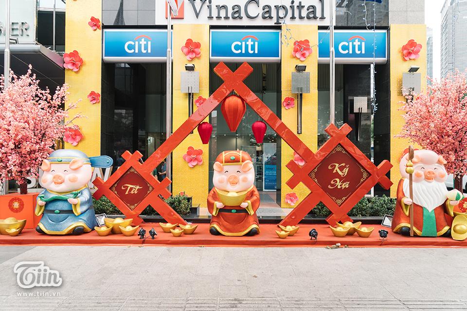 Ba vị thần Phúc - Lộc - Thọ cũng được dựng tượng giữa phố đi bộ,như thể hiện ước nguyện của người dân thành phố về một năm mới ấm no, an lành.