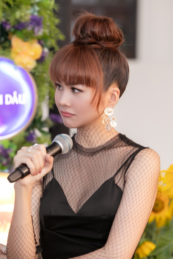 Xuất hiện với bộ trang phục đen gợi cảm cùng mái tóc ngang đầy khác lạ như 'hack tuổi', Thanh Hằng trẻ trung không khác gì thiếu nữ.