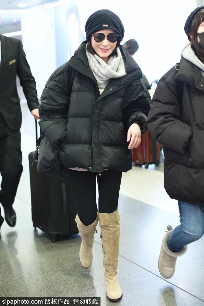 Người đẹp Dụ Phi Hồng cũng rảo bước khi xuất hiện tại sân bay Bắc Kinh