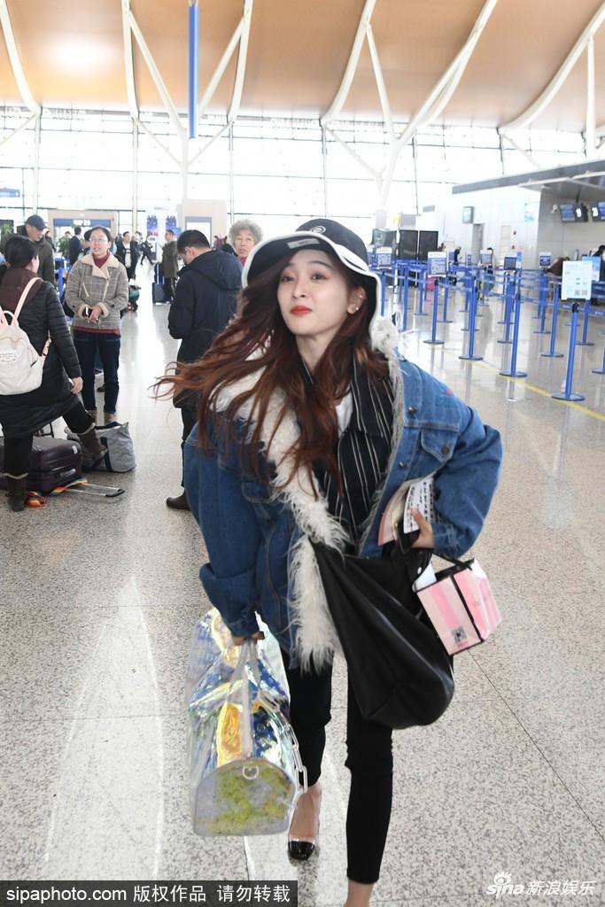 Ngô Tuyên Nghi hớn hở, nhảy chân sáo ở sân bay khi sắp được về nhà ăn Tết