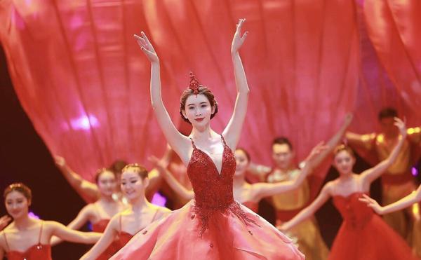 Gần 45 tuổi, Lâm Chí Linh vẫn gây sốt với màn múa ba lê dưới nước đẹp lộng lẫy 2