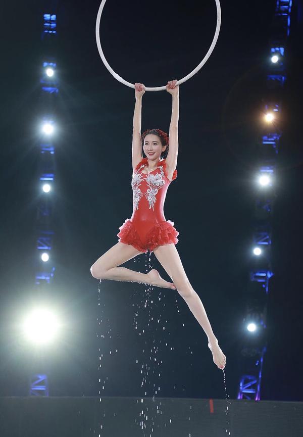 Gần 45 tuổi, Lâm Chí Linh vẫn gây sốt với màn múa ba lê dưới nước đẹp lộng lẫy 3