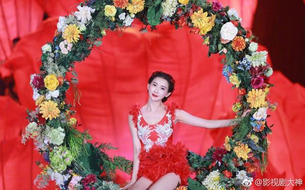 Gần 45 tuổi, Lâm Chí Linh vẫn gây sốt với màn múa ba lê dưới nước đẹp lộng lẫy 4