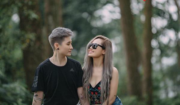 Khi được hỏi về ý kiến của bản thân về việcbạn gái cũ công khai tìm người 'chuẩn men' để yêu, Lin Jay vẫn rất nhẹ nhàng cho rằng Trang có định nghĩa riêng, khi nói như vậy thì cô ấy đã có suy nghĩ của cô,9x cũng cho biết mình sẽ không chuyển giới vì đã rất thoải mái với cuộc sống hiện tại.