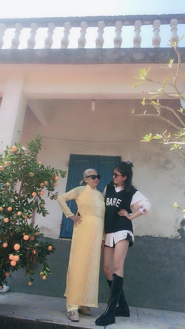 Bà ngoại 75 tuổi thích mặc áo dài chụp ảnh như model, rất rành xài MXH 1