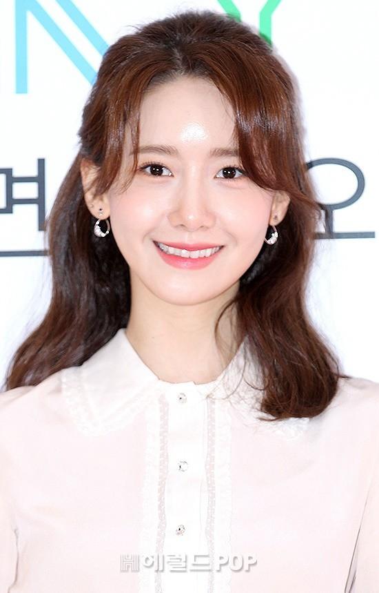 Không chỉ gây chú ý bởichân cong, lần này Yoona lại để lộ hàm răng xỉn màu