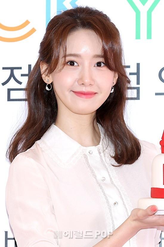 Dù để lộ một số khuyết điểm nhưng Yoona vẫn nhận được nhiều lời khen về nhan sắc trẻ trung cùng làn da mịn không tì vết