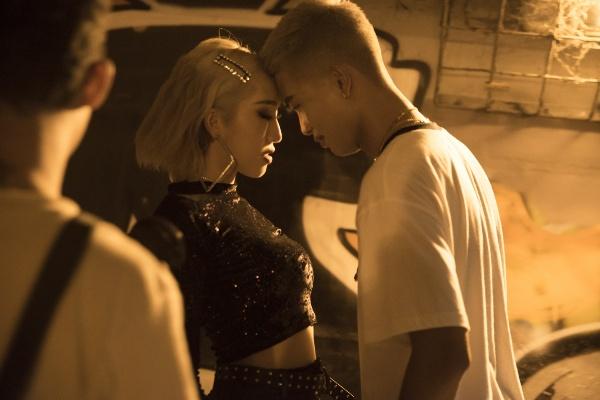 Cả hai không ngại khoá môi tình từ trong nhiều cảnh quay khiến người xem không khỏi 'ghen tị'vì độ ngọt ngào.