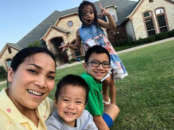 Trường Giang và Nhã Phương thường xuyên ở lại biệt thự của Hồng Ngọc khi đến Mỹ. Trong giới kiều bào Việt tại Mỹ, gia đình Hồng Ngọc nổi tiếng với vai trò bầu show.