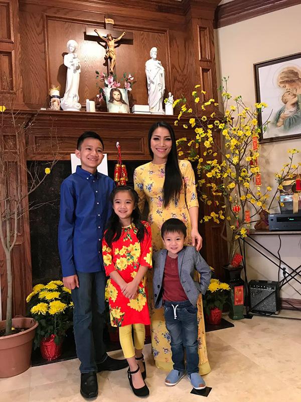 Trong dịp tết Nguyên đán, gia đình cô cũng không quên việc trang trí nhà bằng cúc, mai. Chia sẻ hình ảnh cả gia đình đón xuân mới, Hồng Ngọc viết: 'Năm mới chỉ mong gia đình vẹn toàn, hạnh phúc và bình an là vui rồi'.