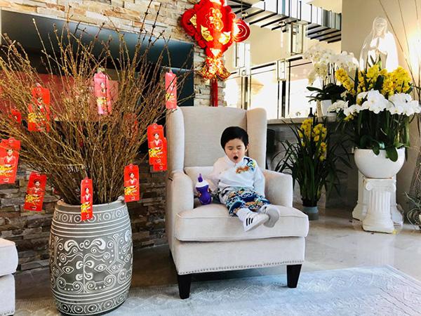 Vào dịp tết Nguyên đán, căn biệt thự được trang trí tràn ngập sắc xuân. Sau khi hoàn thành lịch diễn ở Việt Nam,hôm qua (8/2), Đan Trường vừa trở về Mỹ cùng vợ con.