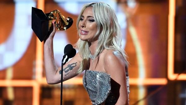 Nữ ca sĩ khóc nức nở khi nhận giải Song ca nhạc pop xuất sắc nhất với Shallow.