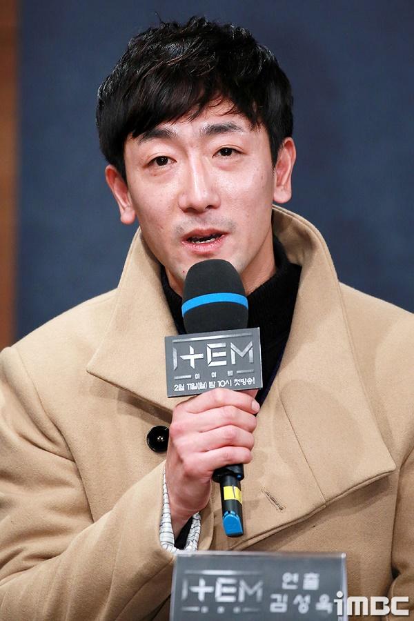 Đạo diễn Kim Sung Woo trong buổi họp báo