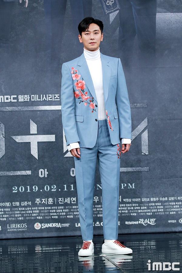Nam diễn viên diện vest xanh với họa tiết thêu hoa tinh tế