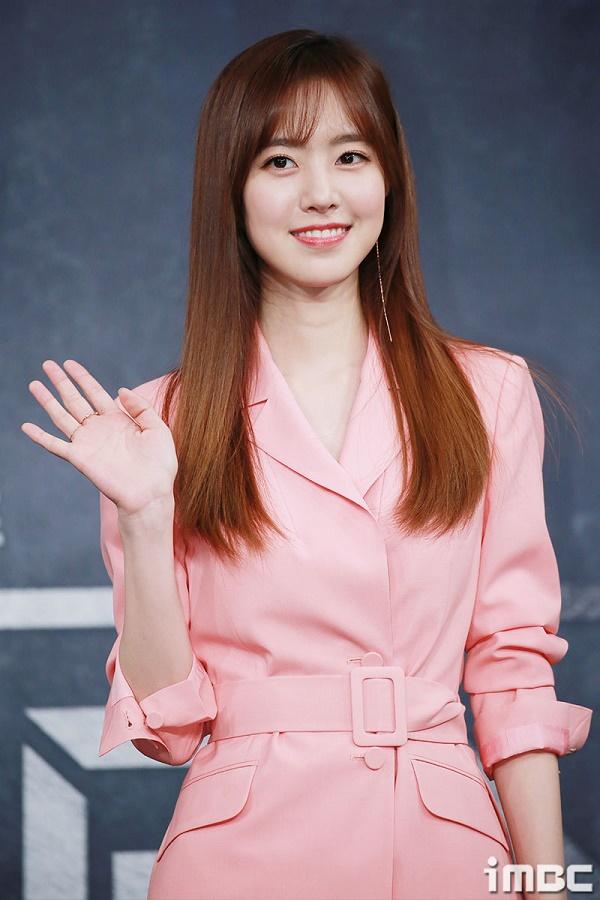 Jin Se Yeon xinh đẹp trong bộ váy hồng pastel