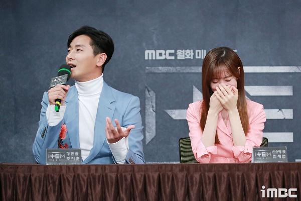 Jin Se Yeon không thể ngưng cười vì khiếu hài hước của Joo Ji Hoon