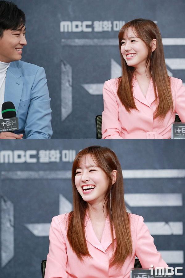 Họp báo phim 'The Item': Jin Se Yeon sánh vai bên Joo Ji Hoon tươi cười rạng rỡ 10