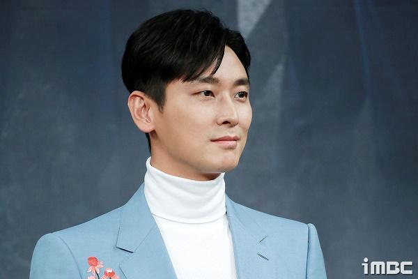 Họp báo phim 'The Item': Jin Se Yeon sánh vai bên Joo Ji Hoon tươi cười rạng rỡ 9