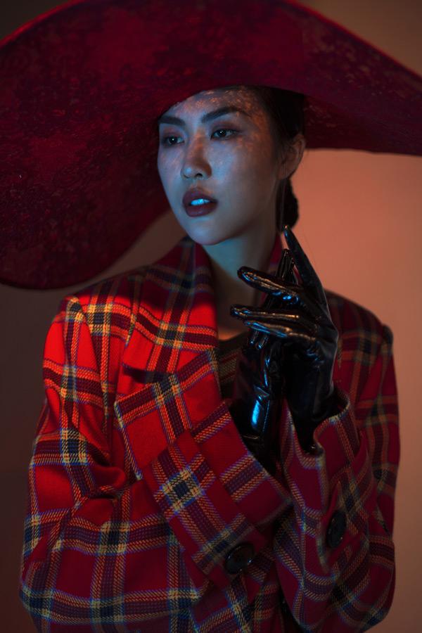 Trong những thiết kế ấn tượng, Tường Linh được ekip biến hoá thành một quý cô kiêu kỳ, bí ẩn.
