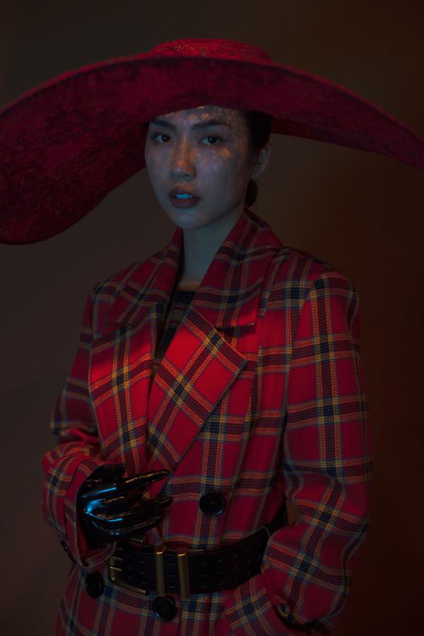 Các thiết kế mà Tường Linh mặc trong bộ ảnh thời trang mới này đều mangvẻ đẹp cổ điển, tôn vinh vóc dáng mình hạc xương mai kiêu sa mà gợi cảm.