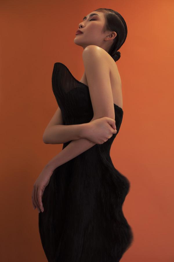 Hoa hậu Tường Linh 'lột xác' sắc lạnh trong bộ hình thời trang quý cô bí ẩn 8