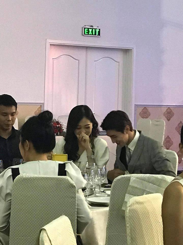 Không hiểu Phương Nga và Bình An đang nói chuyện gì mà cả hai lại cười hạnh phúc đến vậy.