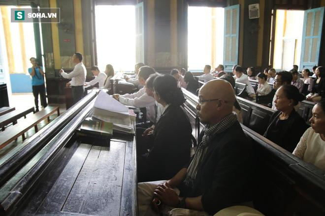 Khoảnh khắc căng thẳng trong phiên xử ly hôn vợ chồng ông chủ cà phê Trung Nguyên 11