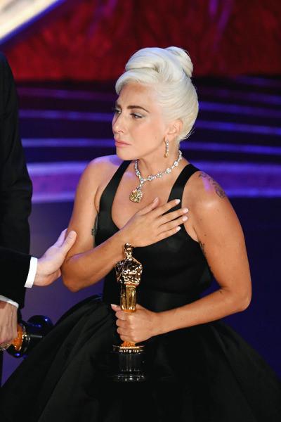 Lady Gaga bật khóc khi nhận giải và bày tỏ cảm xúc