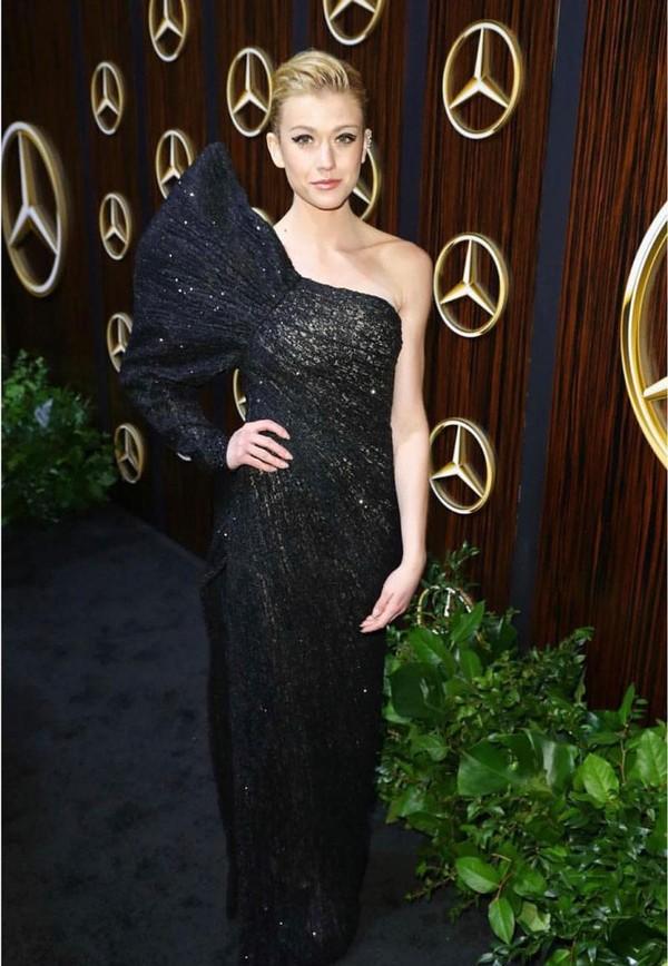 Tiếp theo, Katherine McNamara chính là mỹ nhân Hollywood lựa chọn sáng tạo của NTK người Việt. Bộ cánh nữ diễn viên nổi tiếng trong mảng phim truyền hình lựa chọn có tông màu đen, với thiết kế lệch vai.