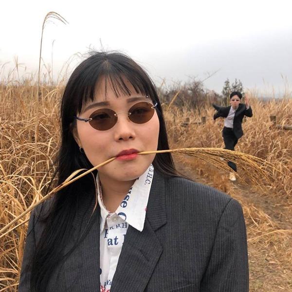 Đôi bạn người Hàn và bộ ảnh hot trend 'sống ảo cùng chủ tịch' khiến dân mạng cười nghiêng ngả 2