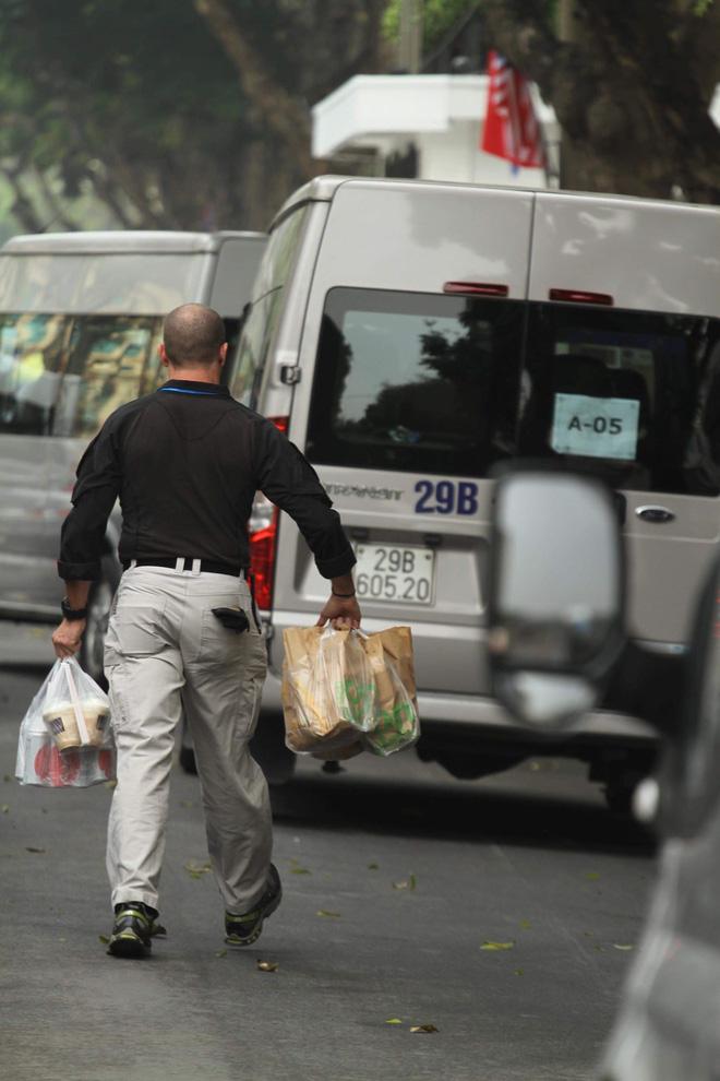 Mật vụ Mỹ mua đồ ăn nhanh. Ảnh: Bin Leo