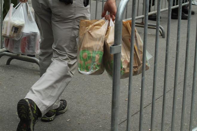 Cận cảnh túi đựng đồ ăn của mật vụ Mỹ. Ảnh: Bin Leo