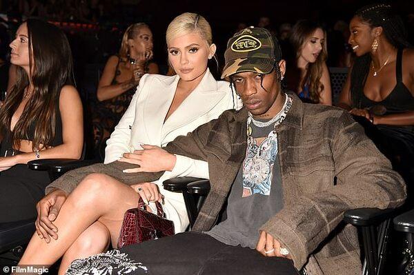 Việc Travis hủy show đột ngột để về 'trình diện' Kylie khiến fans tức tối.
