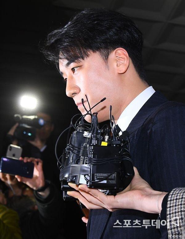 Trong khi Seungri đến sở cảnh sát để phối hợp điều tra