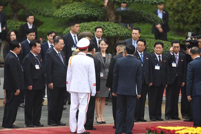 Ông Kim Jong-un giới thiệu thành phần phái đoàn Triều Tiên, trong đó có bà Kim Yo-jong với Tổng Bí thư, Chủ tịch nước Nguyễn Phú Trọng. Ảnh: Tuấn Mark